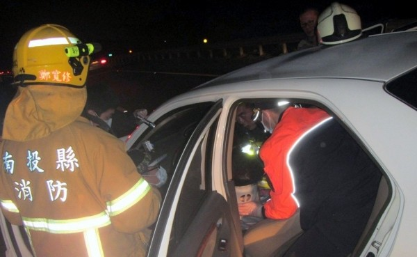 白色轎車江姓駕駛一度受困車內,消防人員順利將人救岀並送醫治療。(記者謝介裕翻攝)