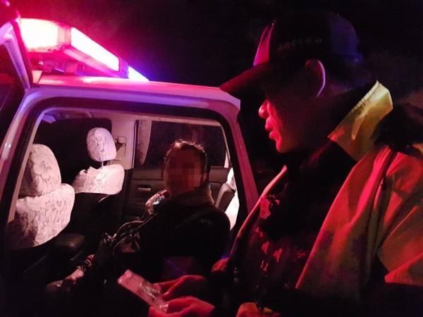 警方未免失智老人受凍,讓老嫗坐上巡邏車,等待女兒前來帶回家。(記者林嘉東翻攝)