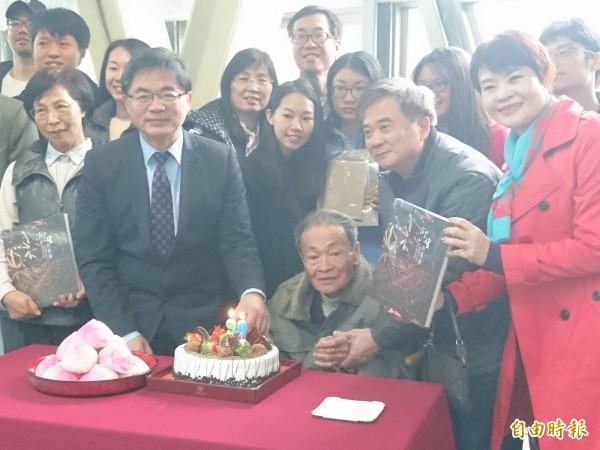 代理市長李孟諺感謝許漢珍司阜無私貢獻。(記者洪瑞琴攝)