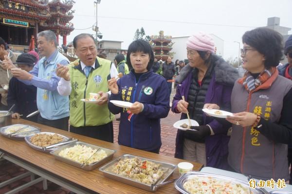 烏崁社區推出高麗菜風味餐流水席,讓與會貴賓及民眾大快朵頤。(記者劉禹慶攝)