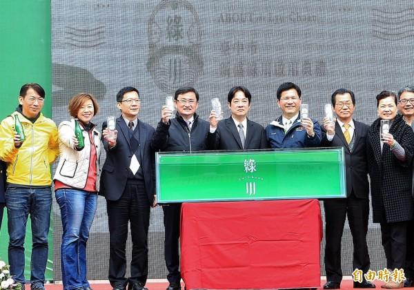 行政院長賴清德(右四)、台中市長林佳龍(右三)等人共同出席綠川水岸啟用典禮。(記者張菁雅攝)