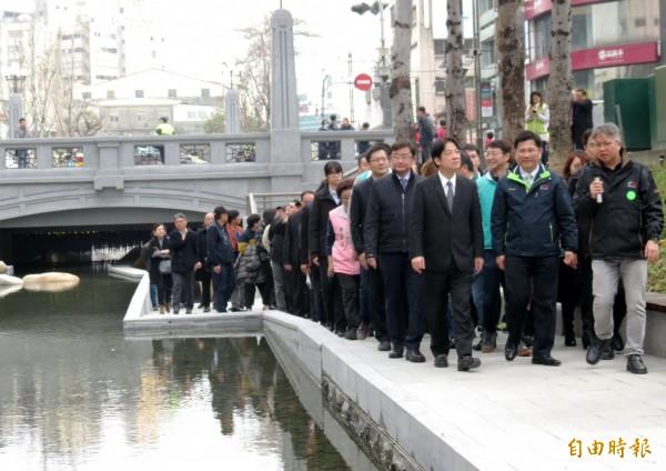 行政院長賴清德(第一排左)在台中市長林佳龍、水利局長周廷彰(第一排中、右)等人陪同下,巡視綠川整治成果。(記者張菁雅攝)
