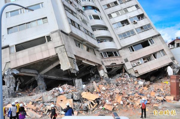 雲門翠堤大樓目前搜救進入最後階段。(記者花孟璟攝)