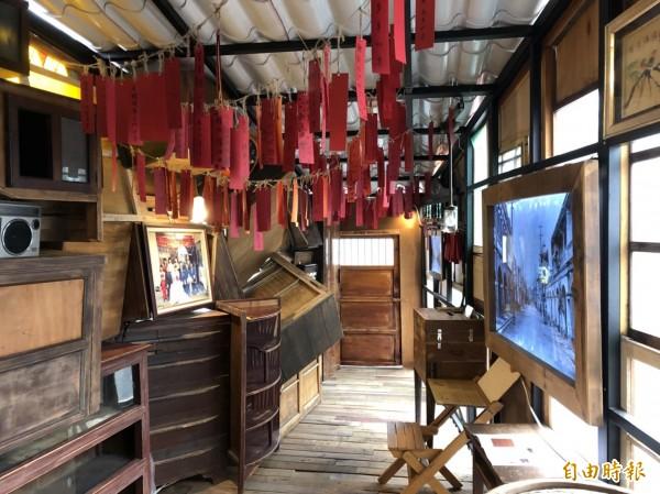 當代藝術家吳建興以老舊家具、數位燈箱打造高3公尺、長12公尺、佔地15坪的家屋式藝術裝置「出雙入對-祈願居」。(記者王駿杰攝)