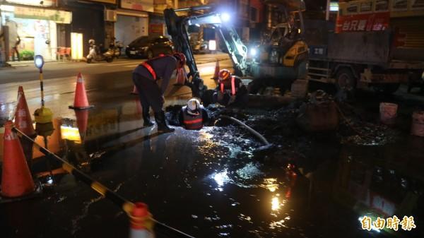 花蓮地震造成市區百處以上自來水管破管、漏水,台灣自來水股份有限公司第九區管理處派人24小時輪班搶修。(記者王錦義攝)