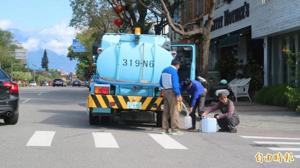花蓮地震造成市區百處以上自來水管破管、漏水,台灣自來水股份有限公司第九區管理處派水車四處補水。(記者王錦義攝)