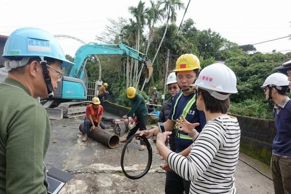 花蓮縣立委蕭美琴從震後就到處關心災情,到學校、自來水管工地協調可幫忙的地方。(翻攝蕭美琴臉書)