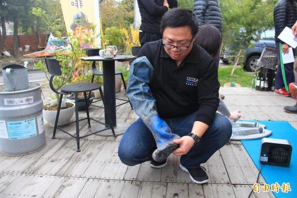 測量腳型後,工作人員現場剪裁鞋墊,再塞入農民的雨鞋。(記者陳冠備攝)