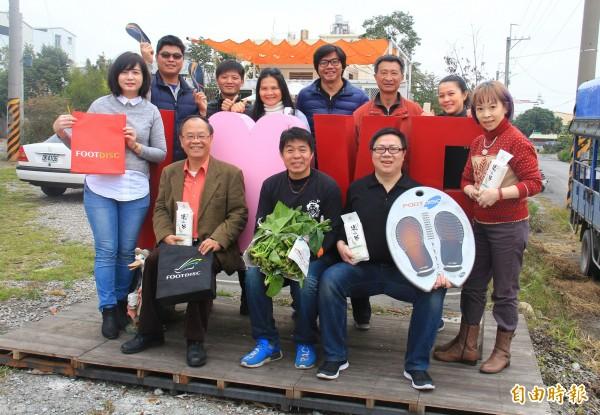 喬咖啡夢想屋老闆陳俊禎(前排中)感謝善行,與農民回贈溪州尚水米與青菜。(記者陳冠備攝)