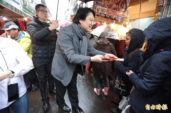 年節腳步逼近,基隆市長林右昌到七堵南興市場向攤商與市民拜年,並且發放一元紅包,祝福大家心想事成。(記者俞肇福攝)