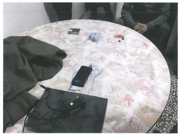 警方在牌桌上查扣的賭金等物證。(草屯警方提供)