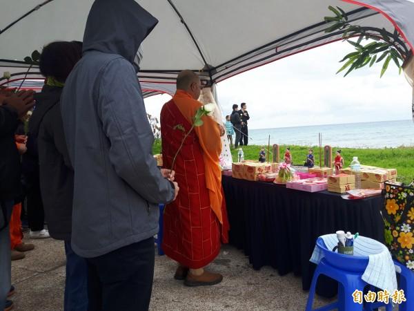 黑鷹失事墜海,家屬在太平溪口進行招魂儀式。(記者陳賢義攝)