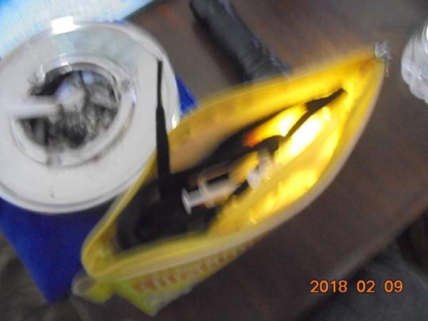警方在蘇男隨身的包包中起出毒品海洛因及注射用針筒(記者吳昇儒翻攝)