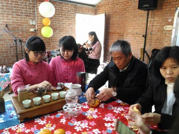 品茶吧檯區讓遊客體驗客家傳統泡茶文化。(記者鄭名翔翻攝)