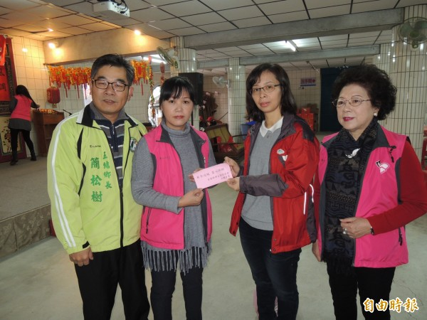 宜蘭縣婦女關懷協會理事長潘寶琴(左2)送紅包給宜蘭家扶中心,由中心社工督導范敏玲(右2)代表受贈。(記者江志雄攝)