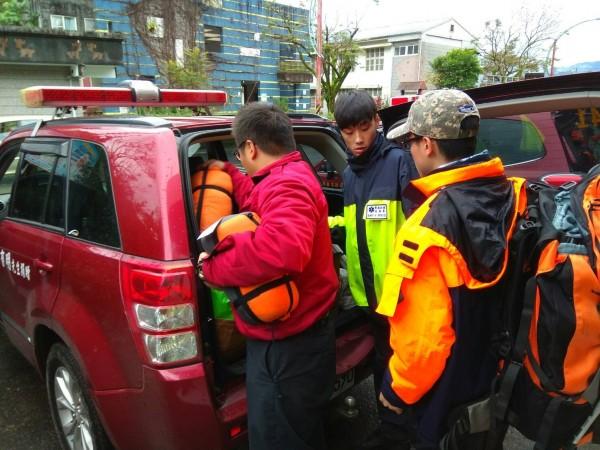 宜蘭縣消防局搜救小組中午上山馳援。(記者江志雄翻攝)