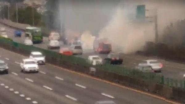 國道中山高速公路北上148公里處剛剛發生火燒車,三義消防隊前往搶救中。(民眾提供)