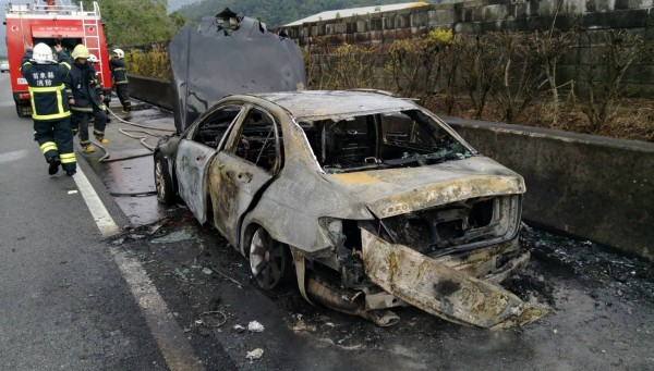 車子被燒成一團廢鐵。(消防局提供)