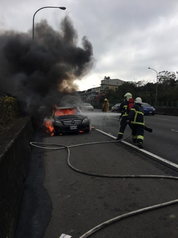火勢迅速竄燒,消防員花了近20分鐘才撲滅。(消防局提供)