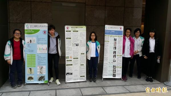 台東女中女學生在秀泰影城展示3件科學研究成果。(記者黃明堂攝)
