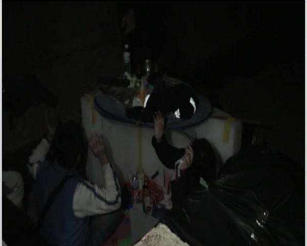 林男及向女情侶檔涉及毒品案,藏身下水道內被逮。(記者張勳騰翻攝)