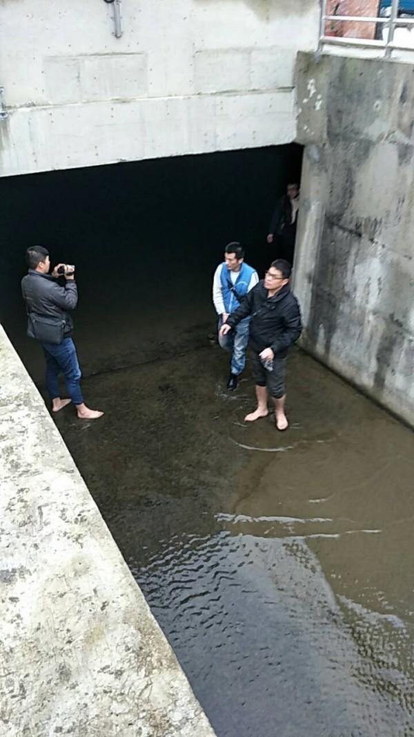 林姓男子(右二)與女友藏身下水道,被苗栗憲兵隊逮捕。(記者張勳騰翻攝)