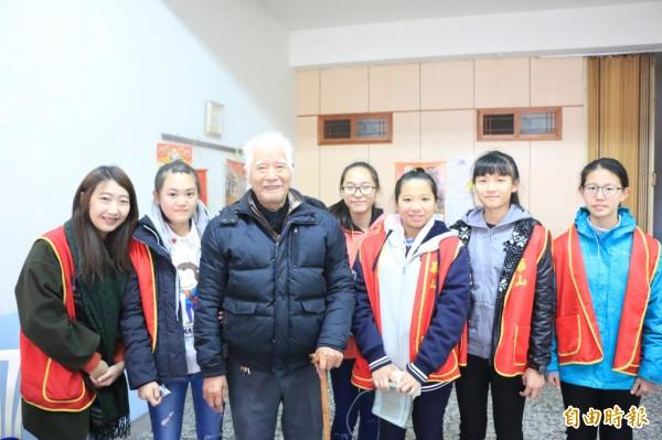 華山基金會南庄天使站站長徐敏慈(左一)帶著三灣國中的學生探訪獨居阿公,讓長輩倍感溫馨。(記者鄭名翔攝)
