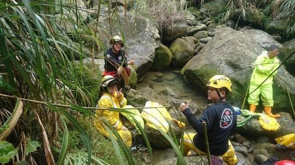 救難人員上山搜尋失聯的採樟菇男子。(記者蔡宗勳翻攝)