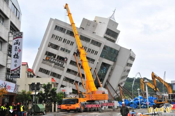 雲門翠堤大樓拆除工作已經開始,花蓮縣消防局已經針對仍困在建物內的遺體做好防護措施。(記者花孟璟攝)
