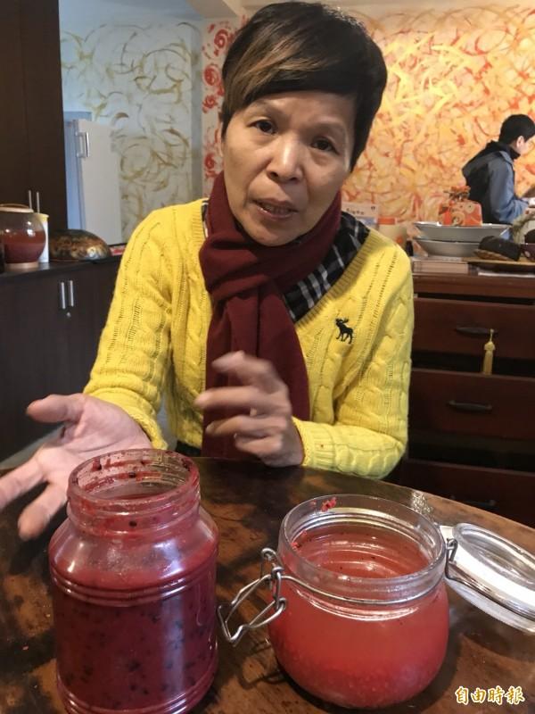 客委會諮詢委員黃翠文說,圖左是市面上常見的紅糟醬,圖右是她遵循古法,用純高粱酒所釀的紅糟。(記者黃美珠攝)