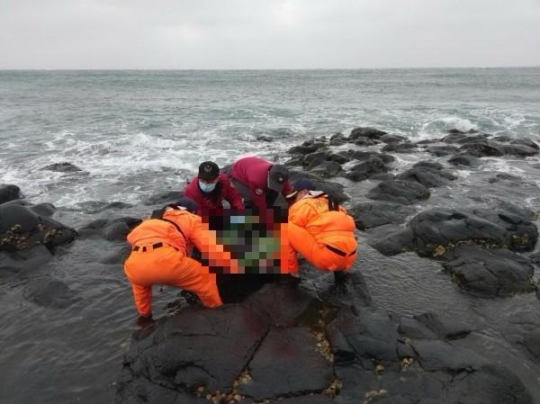 落海失蹤的外籍漁工遺體在七美機場南方海岸發現。(澎湖縣政府消防局提供)