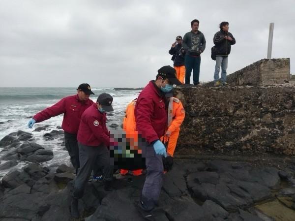 消防隊員及海巡安檢人員協助運送落海死亡的外籍漁工遺體上岸。(澎湖縣政府消防局提供)