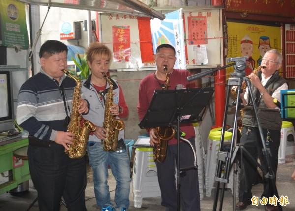台中市大屯區成長協會今天舉辦吃元寶賀新春活動,現場還有薩克斯風演奏。(記者陳建志攝)
