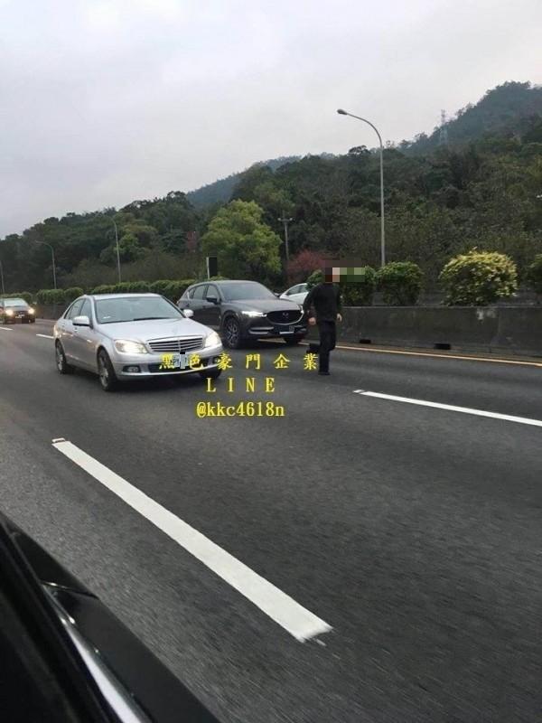 彭男闖入國道一號逃避警方追緝。(記者鄭名翔翻攝)