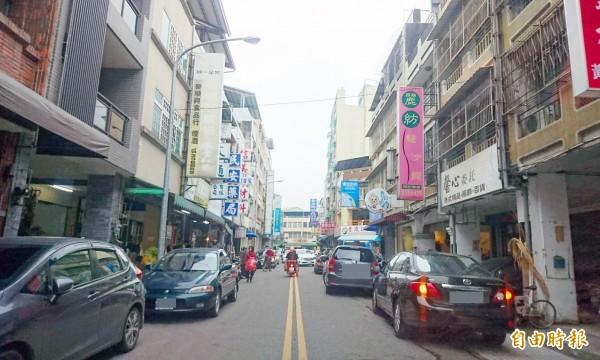 草屯鎮糖果批發店多的青雲街,民眾雙向違規暫停,就交通打結。(記者陳鳳麗攝)