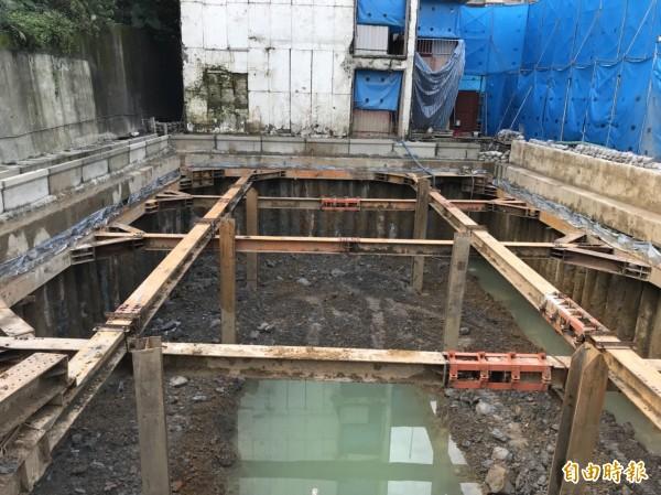 信義國小正進行老舊校舍整建暨地下停車場新建工程。(記者林欣漢攝)