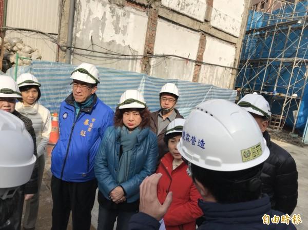 基隆市議會議長宋瑋莉(中)與教育小組關心信義國小老舊校舍整建暨地下停車場新建工程是否受地震影響。(記者林欣漢攝)