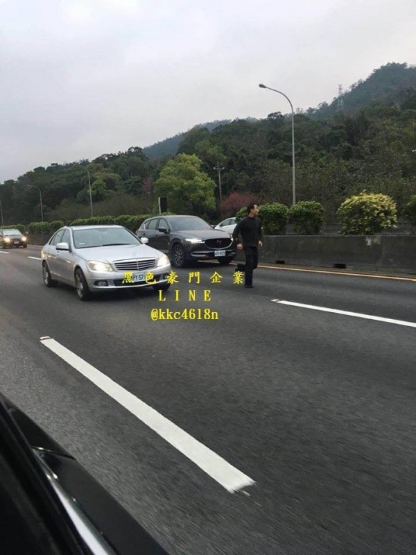 彭姓駕駛為躲警方追緝,竟闖國道攔車。(記者鄭名翔翻攝)