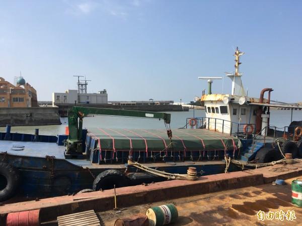 「東龍九號」受泥工程船走私1724箱香菸,市價約4200餘萬元。(記者鄭名翔攝)