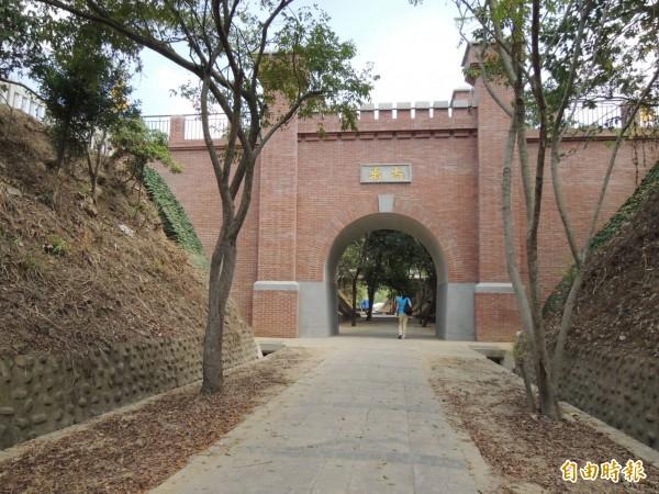 苗栗市公所今年首度在維敘隧尚禹橋周邊,規劃迎新春客家藝文演出。(記者張勳騰攝)
