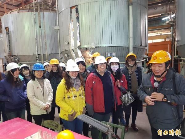 雲林家扶社工參觀虎尾糖廠現做的甜蜜幸福。(記者廖淑玲攝)