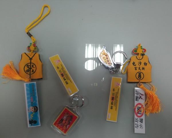 通霄警分局白沙派出所製作「媽祖防詐香火袋」,發給信眾,一同來打詐。(記者張勳騰翻攝)