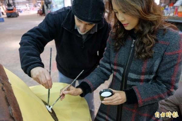新竹縣政府文化局長張宜真(右)今天探望身旁的義大利籍插畫家朱米傑(STEFANO    MISESTI)創作「就柿旺」的進度,一時技癢,也「下手」畫了起來。(記者黃美珠攝)