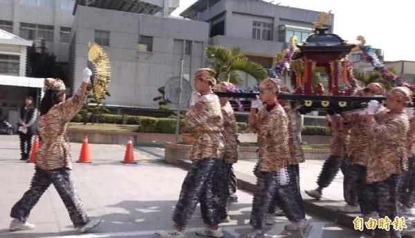 「虎爺陣」由鹿港國中學生擔綱演出。(記者劉曉欣攝)