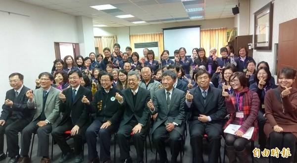 副總統陳建仁(前排左5)今至南投關懐照服員,並與大家一起比出愛心手勢。(記者謝介裕攝)