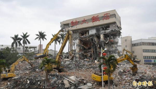 統帥大飯店僅剩最後頂樓未拆除。(記者游太郎攝)