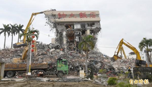 大批機具進行最後的頂樓拆除工程,統帥大飯店即將走入歷史。(記者游太郎攝)