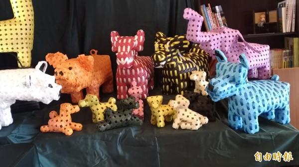 許崢嶸編織的各種造型狗。(記者廖淑玲攝)