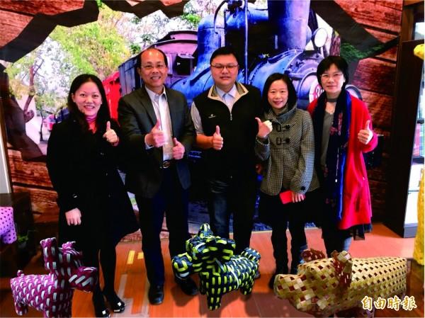 虎尾安慶國小訓導主任許崢嶸(左三)展出各種狗造型編織。(記者廖淑玲攝)
