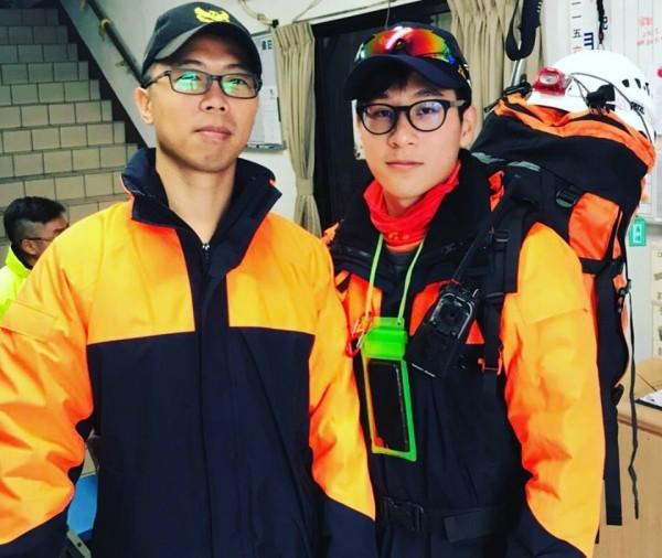 宜蘭消防員林信宏(左)和蔡易達(右)都是第一批抵達花蓮救災的隊員。(記者簡惠茹翻攝)